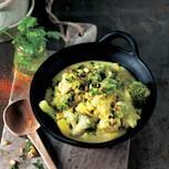 Brokkoli, Rosen- und Blumenkohl, Kartoffeln, Gewürze, Mandeln ... Die indische Küche schöpft bei den Zutaten aus dem Vollen. Statt Kokos nehmen wir aber Mandelmilch - sie ist etwas milder und schön nussig