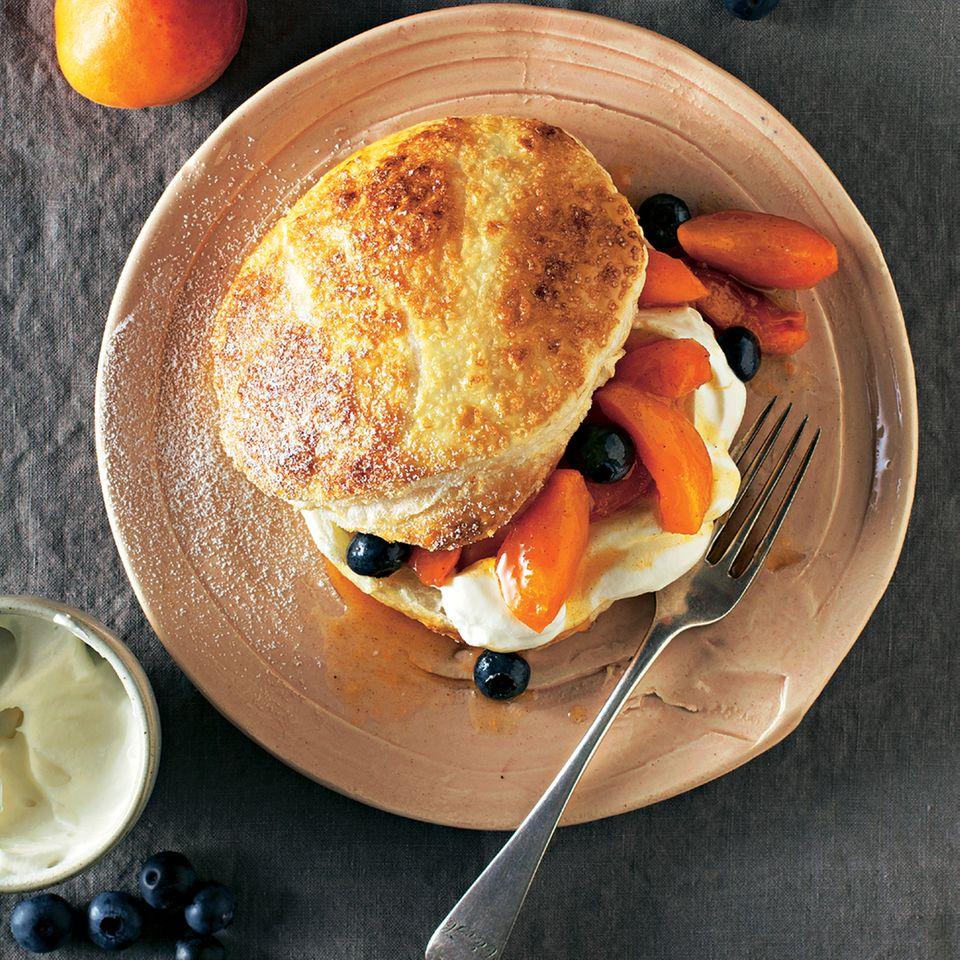 Süße Burger mit Aprikosen und Blaubeeren