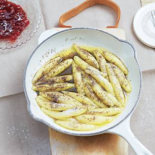 Vom Allgäu bis in die Schweiz wird der Kartoffel-Klassiker geliebt – meist herzhaft, aber auch als Dessert ist er ein Gedicht
