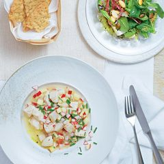 Saibling mit Apfel-Meerrettich: kennt man. In Form peruanischer Ceviche (roh, klein geschnitten, in Zitrussaft mariniert) wird der Fisch weltläufig