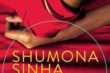"""Shumona Sinhas """"Erschlagt die Armen"""" wurde mit dem internationalen Literaturpreis 2016 ausgezeichnet, jetzt legt die indische Autorin nach. In """"Kalkutta"""" kehrt eine Tochter nach dem Tod des Vaters in ihr Elternhaus zurück und streift durch die verlassenen Räume. Eine rote Decke erinnert sie zum Beispiel an die Geborgenheit der Kindheit, aber auch daran, wie ihr Vater eine Pistole darin versteckte. Sinha verknüpft geschickt die Schicksale der Familie mit der politischen Geschichte Westbengalens. Ein Buch, in dem kein Wort zu viel steht, poetisch und doch präzise. (192 S., 20 Euro, Edition Nautilus) Hier könnt ihr das Buch bestellen"""