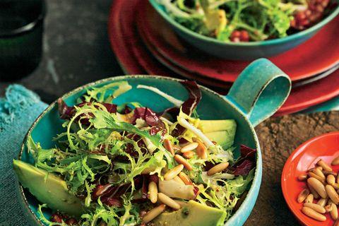 Winterlicher Blattsalat mit Avocado und Granatapfel