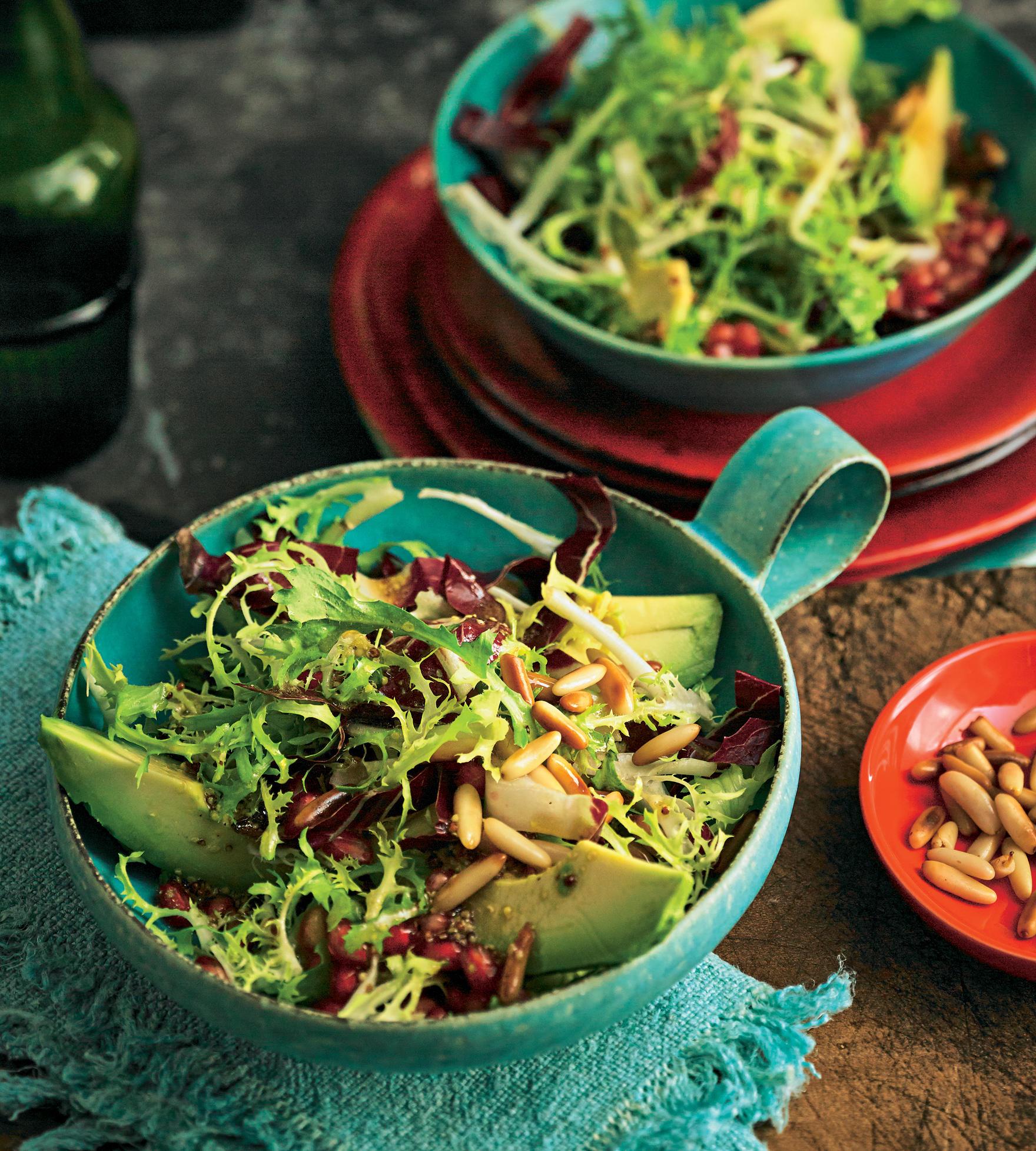 Winterlicher Blattsalat mit Avocado und Granatapfel   BRIGITTE.de