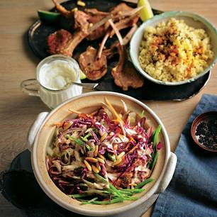 Orientalischer Rotkohlsalat mit Lammkoteletts und Bulgur