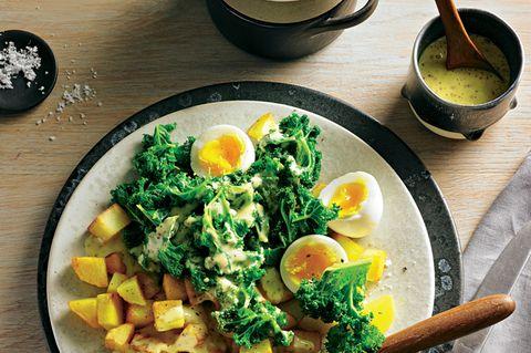 Gebratener Grünkohl mit Eiern und Senfsoße