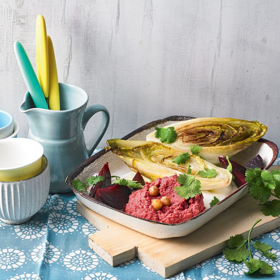 Gerösteter Chicorée mit Rote-Bete-Hummus
