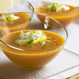 Karottensuppe mit Ingwersahne
