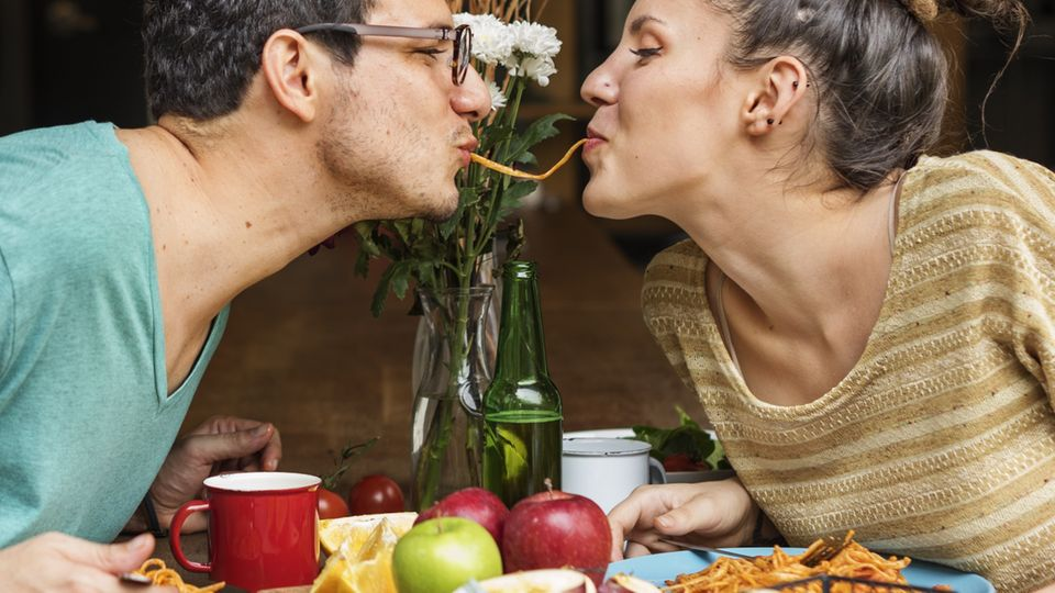 Valentinstag: Paar isst Menü für zwei