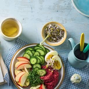 Hummus mit Ei und Knabberei