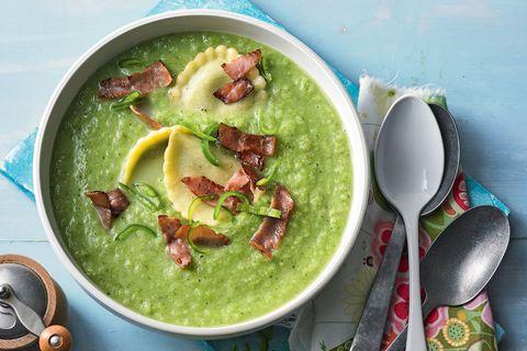 Broccolicremesuppe mit Schinkennudeln