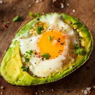 Gute Vorsätze umsetzen: Gebackene Avocado mit Tomaten-Salsa