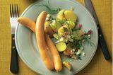 Warmer Kartoffelsalat mit zwei Würsten