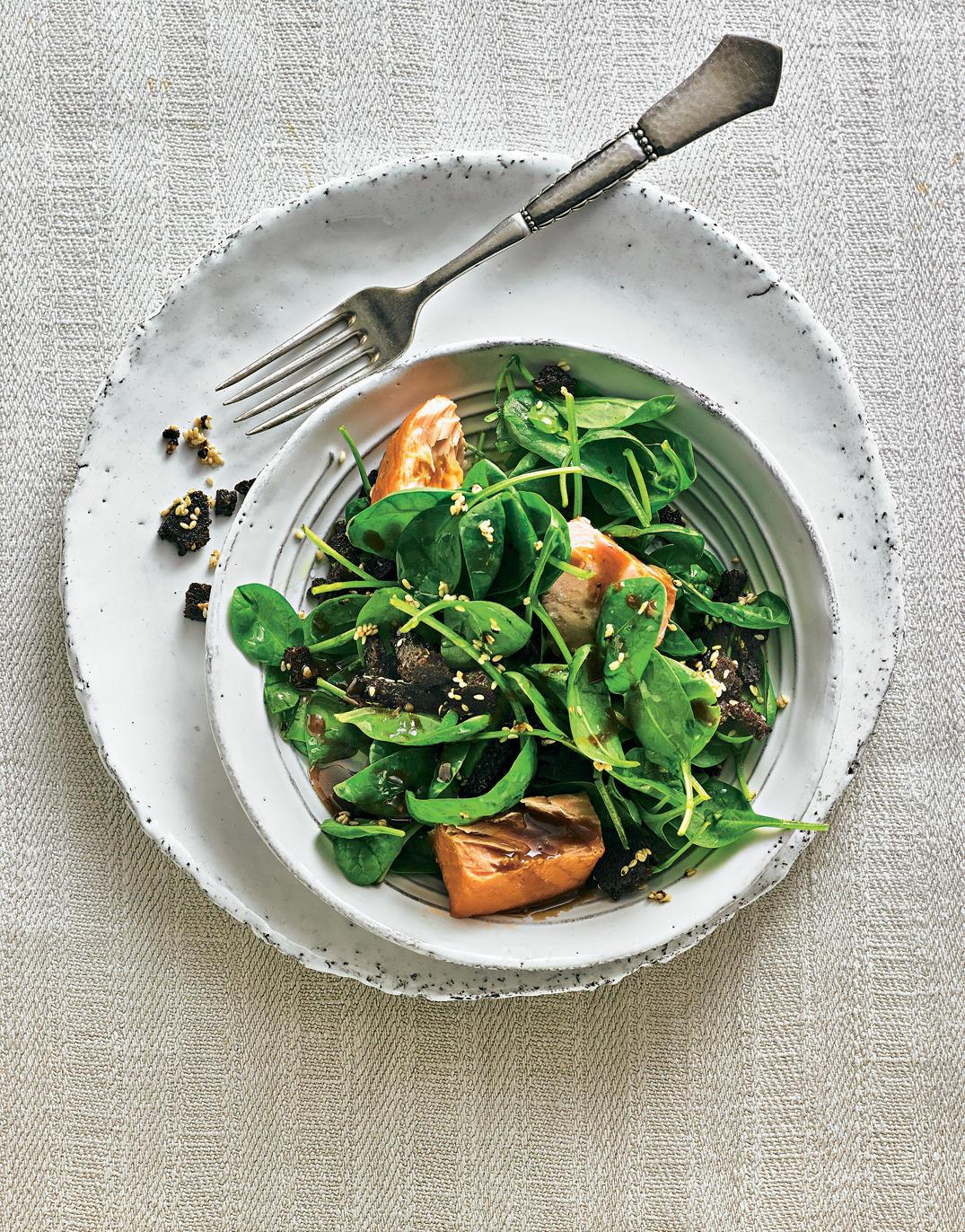 Spinatsalat mit Lachs und Pumpernickelknusper