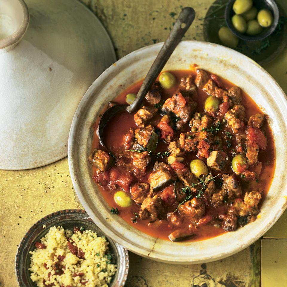 Bevor alles für zwei Stunden in den Ofen geht, badet sich das Fleisch mindestens eine Nacht lang in der Buttermilch-Thymian-Zitrone-Knoblauch-Marinade schön mürbe