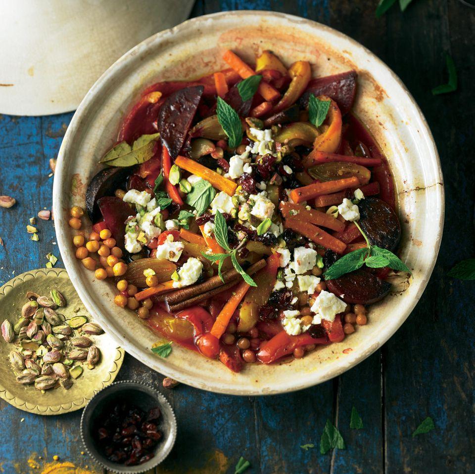 Rote Bete kommt auch ins orientalische Gemüseallerlei - und beweist jenen, die sie für eine muffige Knolle halten, sehr geschmackvoll das Gegenteil.
