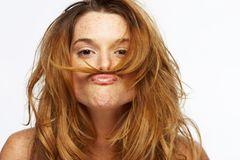 """Pflegeroutine umstellen  Eigentlich logisch, wird aber oft vergessen: Wie die Haut benötigen auch die Haare eine an die Jahreszeit angepasste Pflege. Ein Haaröl ist im Winter ein idealer Begleiter: """"Man kann ruhig mehrmals am Tag einen Tropfen in den Handflächen verreiben und das Öl in die Spitzen und Längen geben. So wird das Haar nicht nur gepflegt und bekommt einen tollen Glanz, auch abstehende Härchen lassen sich bändigen"""", erklärt Stylistin Tina Schwanke. Geht's in die Sonne, sollte man die Anwendung wiederholen."""" Die Extrapflege hat gleich mehrere positive Effekte: Die Haare trocknen nicht so aus, und auch die Coloration hält besser.  Der Kopfhaut auch was gönnen  Und das gilt nicht nur für alle, die zu Schuppen neigen. Föhnhitze, heißes Wasser, trockene Heizungsluft: Die Kopfhaut macht ganz schön was mit. Hinzu kommt: """"Normales Shampoo reinigt das Haar, pflegt die Kopfhaut aber nicht extra. Wenn sie spannt, sollte man besser spezielle Shampoos verwenden, die sie gezielt beruhigen und mit Feuchtigkeit versorgen. Bei akutem Juckreiz können Tinkturen helfen, die in die Haut massiert und nicht ausgespült werden"""", so Schwanke. Keine Sorge: Da sie vollständig einziehen, gibt's keinen """"Fettige Haare!""""-Alarm.  Silikone verstehen  Euer Haar hängt schlaff herunter, obwohl ihr es regelmäßig wascht? """"In einigen Shampoos stecken wasserunlösliche Silikone, die sich bei jeder Wäsche um das Haar legen und es noch und nach beschweren"""", sagt Tina Schwanke. Vermeiden könnt ihr diesen """"Build-up""""-Effekt, indem ihr Shampoos ganz ohne oder solche mit wasserlöslichen Silikonen verwendet. Wie man herausfindet, ob und welche genau in einem Produkt stecken? Man erkennt sie in der Inhaltsstoffliste an den Endungen """"-cone"""" oder """"-xane"""". Sind Silikone dabei, im Internet prüfen, ob sie wasserlöslich sind."""