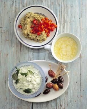Ostermenü mit griechischen Dips