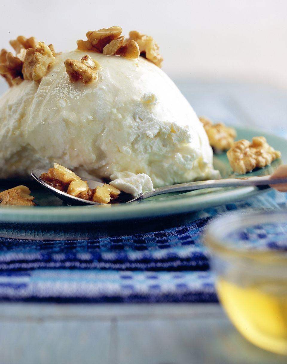 Griechischer Joghurt mit Honig als Dessert zum Ostermenü