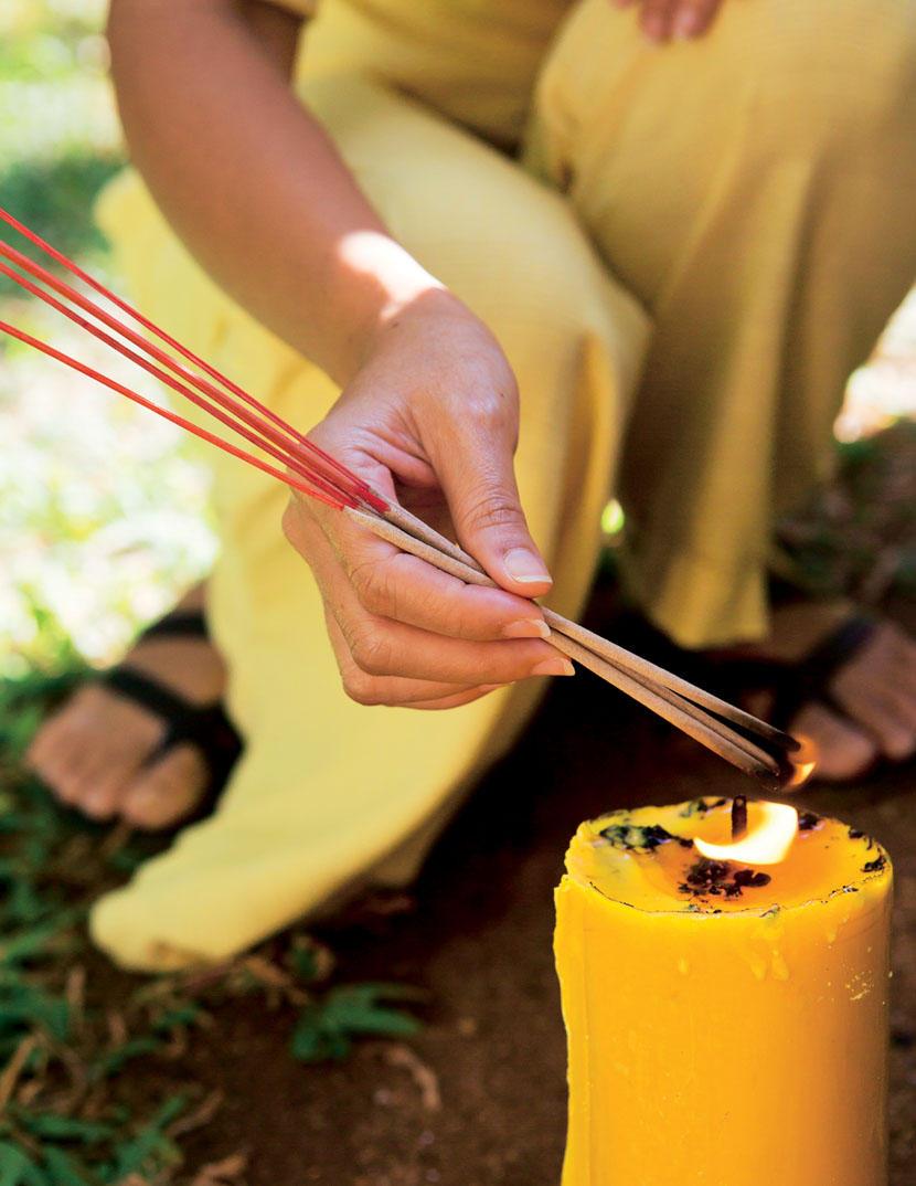 Bei einer Mönchs-Zeremonie zünden die Angestellten Kerzen an.