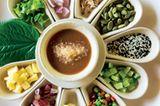 Das Essen ist traditionell - und sensationell. Selbst kalorienarme Detox-Gerichte schmecken köstlich. Und die Trink-Kokosnuss ist ein Muss.