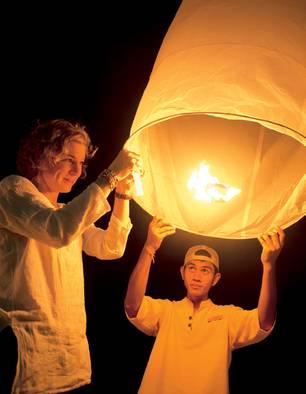 Beim Laternen-Ritual schicken alle ihre Wünsche in den Himmel