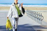 Cape aus Gore-Tex mit Kapuze: Herno, ca. 560 Euro.  Doppellagiges Poloshirt mit grobem Mesh: Lacoste, Preis auf Anfrage.  Sportliche Leggings: Esprit, ca. 40 Euro.  Tasche: Patrizia Pepe.  Sandalen: Trippen.
