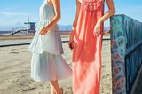 Mintgrünes Kleid mit gestuftem Plissee-Rock: Vila, ca. 45 Euro.  Korallenrotes Maxikleid mit plissierten Volants: Traffic People, ca. 125 Euro.