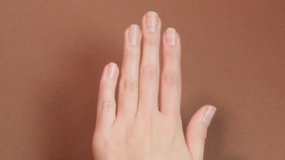 gepflegte Frauenhand nach Maniküre