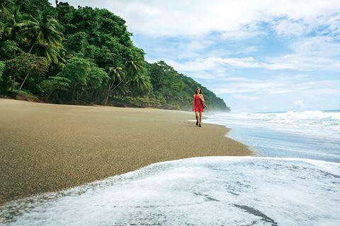 Daniela Stohn am einsamen Strand an der Südspitze von Osa.