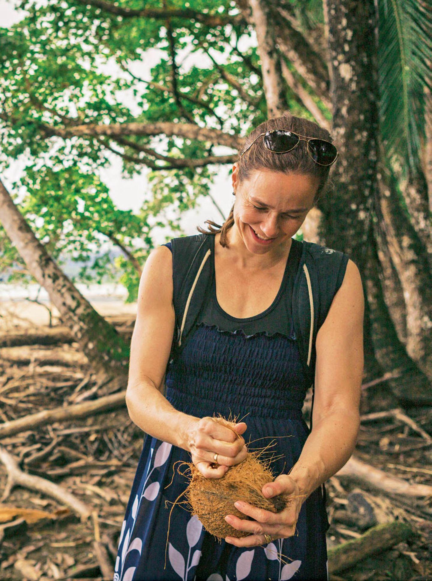 Gar nicht so einfach, eine Kokosnuss zu öffnen.