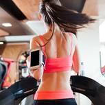 Frau an Fitnessgerät