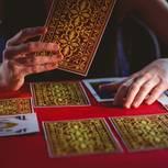 Lenormand: Frau legt Karten