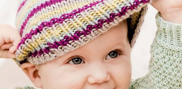 ... machst du? - Rate mal, mein Schatz: Ringelreihen für deinen süßen Kopf. Denn diese Mütze aus Schurwolle und Kaschmir hält dich immer schön warm - und kuschelig ist sie auch noch.  Babymütze mit Pompon stricken - hier geht's zur Anleitung.