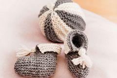 Sind so kleine Füßchen ... und gerade die brauchen es schön warm untenrum: Baby-Schühchen aus Wolle mit Kaschmir. Bleibt Wolle übrig, reicht der Rest vielleicht auch noch für den kuscheligsten Ball der Welt.    Hier geht's zur Strickanleitung für die Babyschuhe und den Ball.