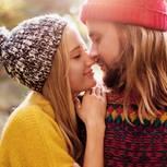 So lange dauert es, bis Männer sich verlieben: Paar kuschelt