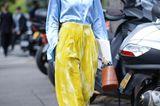 Die schönsten Streetstyles, die Lust auf Frühling machen: Gelbe Samthose