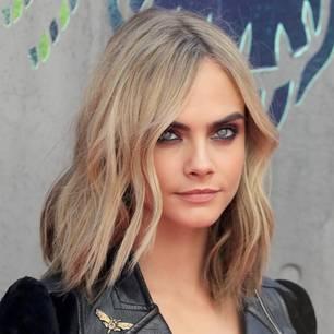 Cara Delevingne mit aschblonden Haaren