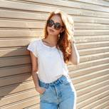 Frau mit High Waist Jeans