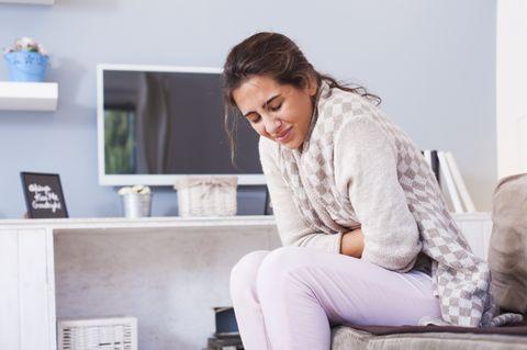 Frau hat Bauchkrämpfe