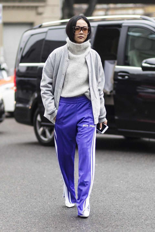 Bequem und unbefangen ist die Auswahl mit einem schlichten, kuscheligen Pullover.