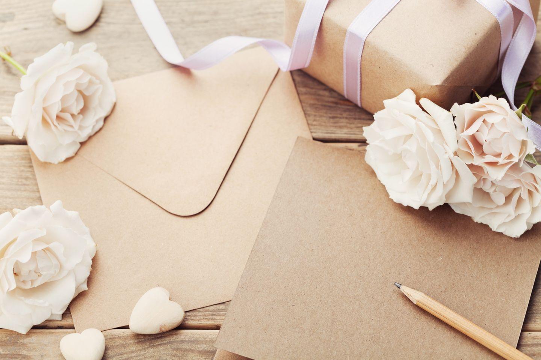 Muttertagsgedichte: Briefpapier mit Blume und Stift