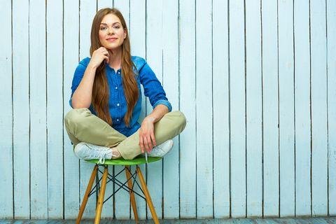 Frau sitzt auf Hocker