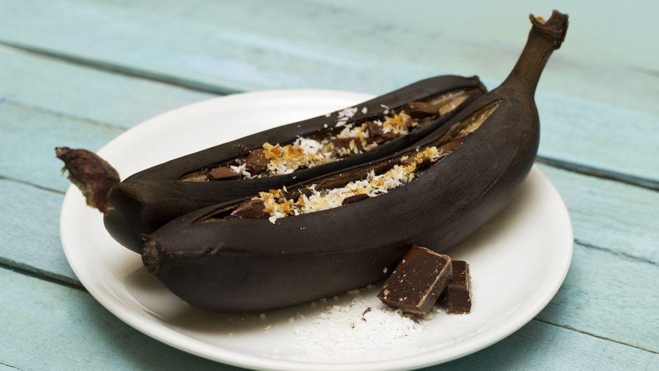 Schokobananen: Gegrillte Banabe mit Schokostücken auf einem Teller