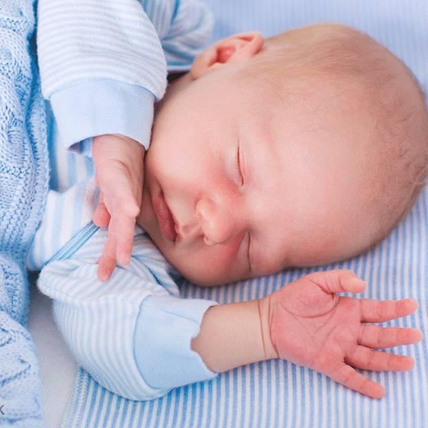 Rassel-Rückruf: Baby im Bett