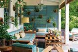 Frühling 2021: Cape-Cod-Style  Wuchtige Möbel, verwittertes Holt, Pastellpolster - klassisch amerikanisch. Charmant: die grüne Wanddeko (z.B. über www.flowerbox.de)