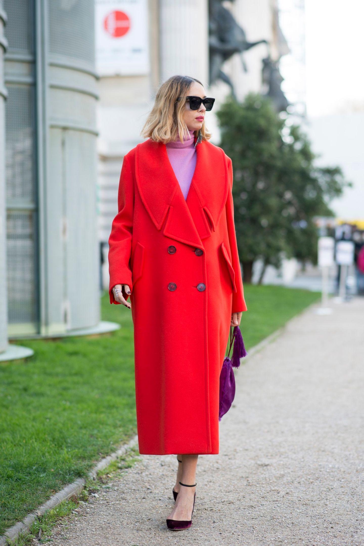 Roter Mantel in Kombi zu einem rosanen Pullover