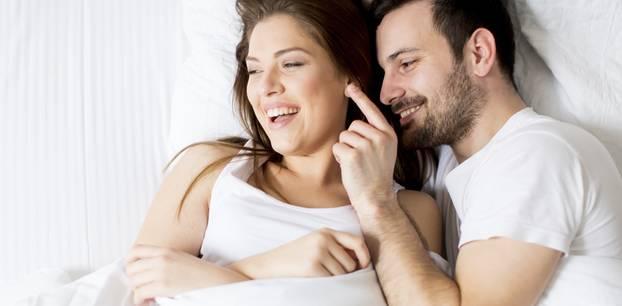Worauf stehen Männer ab 30? Paar im Bett