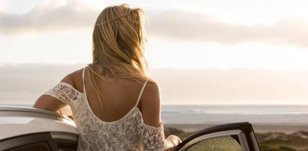 Trennung verarbeiten: Frau am Strand