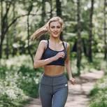 Frau joggt durch Wald