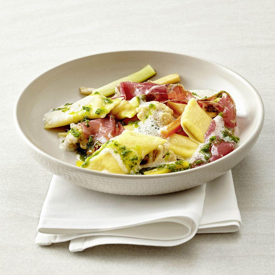 Eigelbfagottini mit Mixed Pickles, Rinderschinken und Schnittlauch